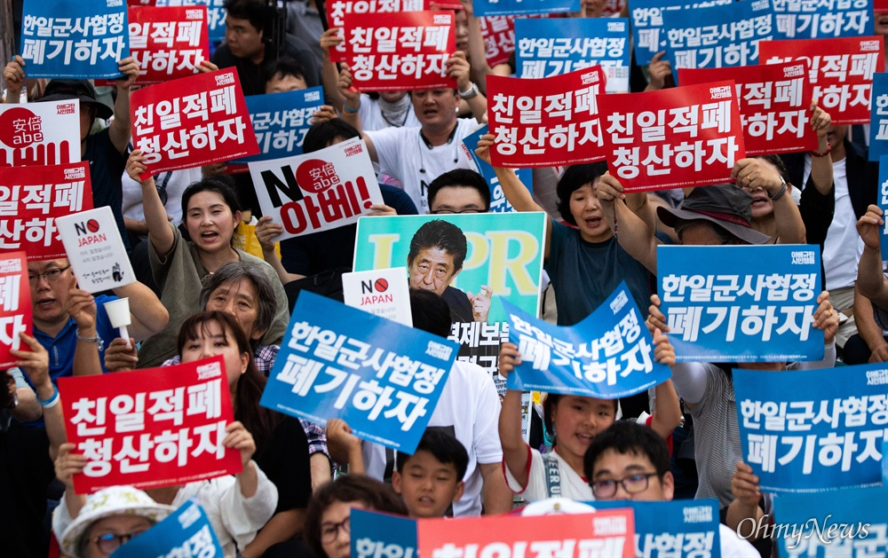10일 오후 서울 종로구 옛 일본대사관 앞에서 일본의 경제보복에 대한 아배 정권을 규탄하는 4차 촛불문화제가 열리고 있다.