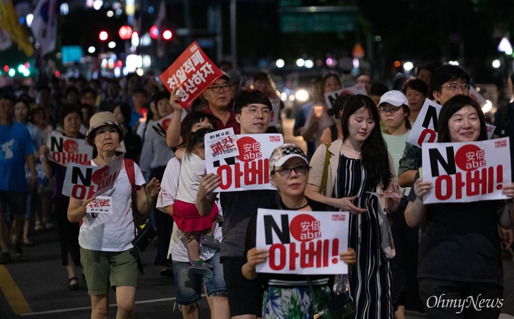 10일 오후 서울 종로구 옛 일본대사관 앞에서 일본의 경제보복에 대한 아배 정권을 규탄하는 4차 촛불문화제 참가자들이 집회를 마치고 조선일보를 향해 행진하고 있다.