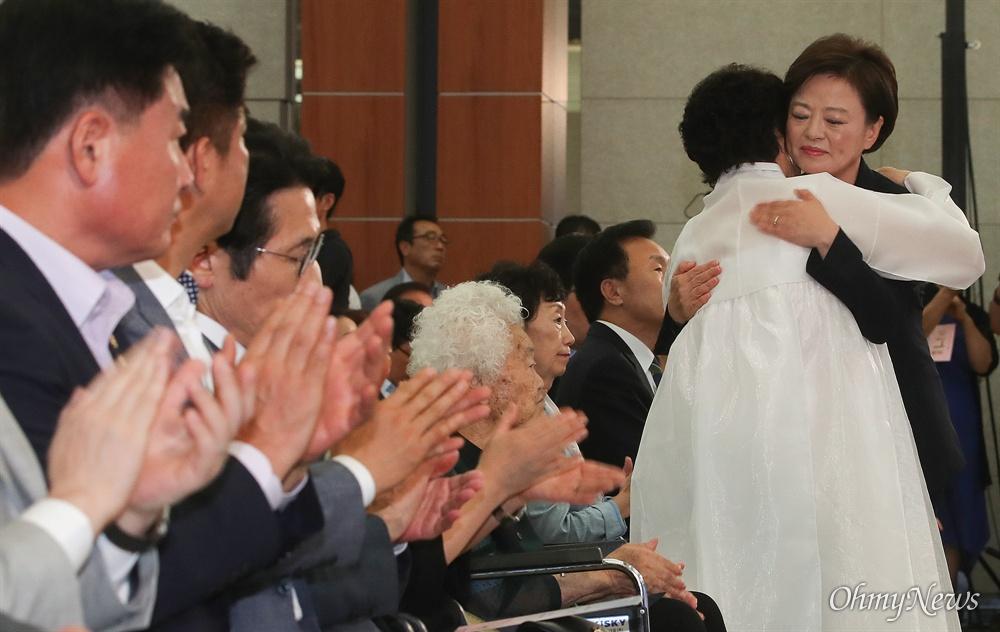 일본군 위안부 피해자 이용수 할머니가 14일 오전 서울 용산구 백범김구기념관에서 열린 '일본군 위안부 피해자 기림의 날' 기념식에서 기념사를 마친 진선미 여성가족부 장관을 안아주고 있다.