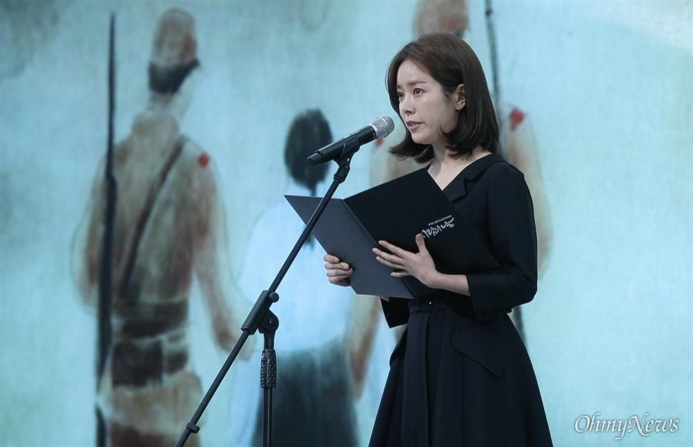 배우 한지민이 14일 오전 서울 용산구 백범김구기념관에서 열린 '일본군 위안부 피해자 기림의 날' 기념식에 참석해 피해자 유가족이 어머니에게 드리는 편지를 낭독하고 있다.