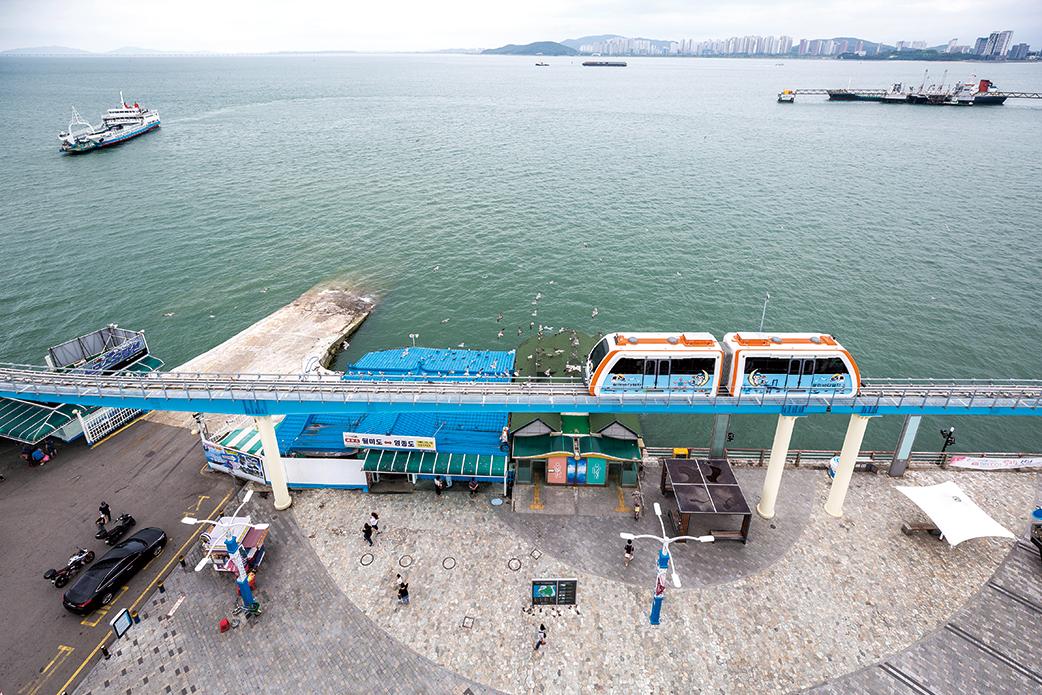 '월미바다열차'는 도심과 바다를 즐길 수 있는 국내 최장 길이(6.1km)의 관광 모노레일이다.