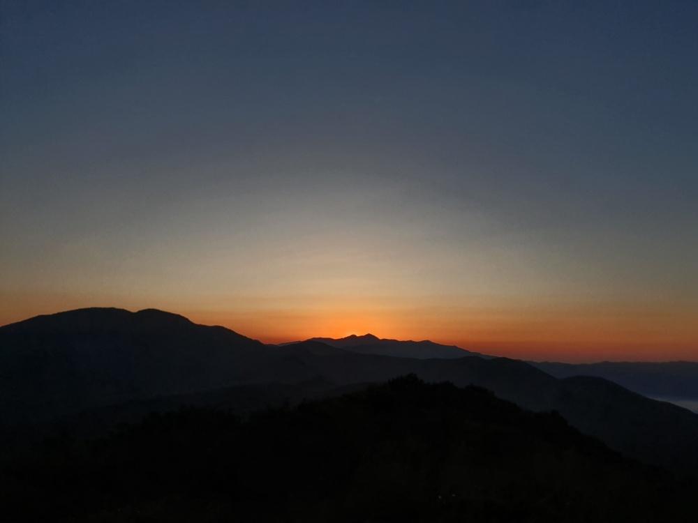 붉은 기운이 올라오고 있는 지리산 천왕봉