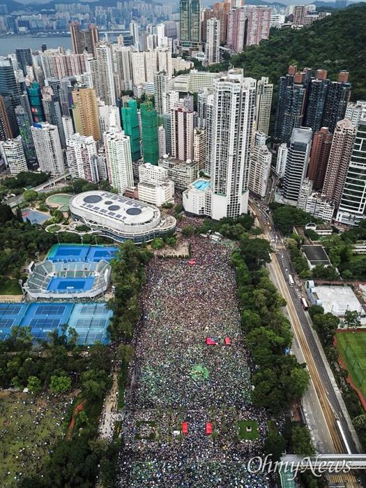 강경진압 경고 불구하고 집결한 홍콩시민들  중국 정부의 강경진압 경고에도 불구하고 18일 오후 송환법에 반대하는 홍콩시민들이 빅토리아 공원을 가득 채우고 있다.