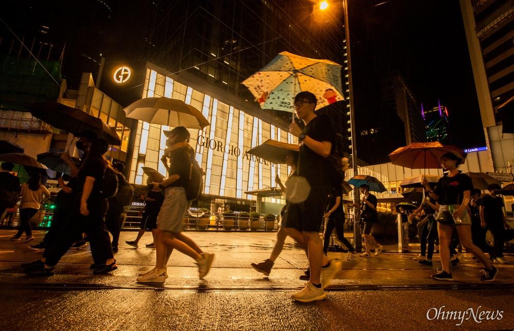 18일 오후 홍콩 빅토리아 공원에서 시위대가 송환법 반대 및 강경진압 규탄 집회를 마치고 중앙정부청사를 지나 각자가 원하는 방향을 향해 행진을 하고 있다.