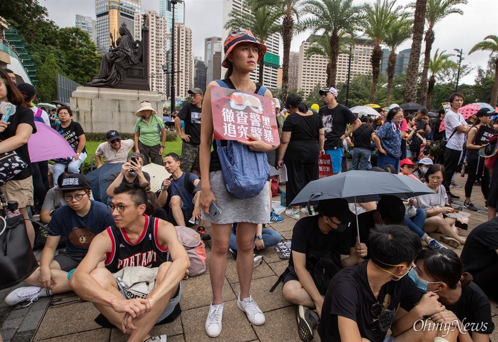 18일 오후 홍콩 빅토리아 공원에서 행진을 앞두고 시위대가 송환법 반대 및 강경진압 규탄 사전 집회를 열고 있다.