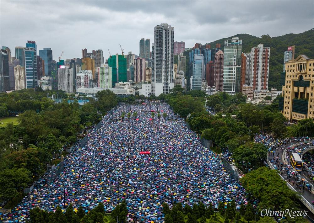 드론으로 본 8.18 홍콩대집회 중국 정부의 강경진압 경고에도 불구하고 18일 오후 송환법에 반대하는 홍콩시민들이 빅토리아 공원을 가득 채우고 있다.