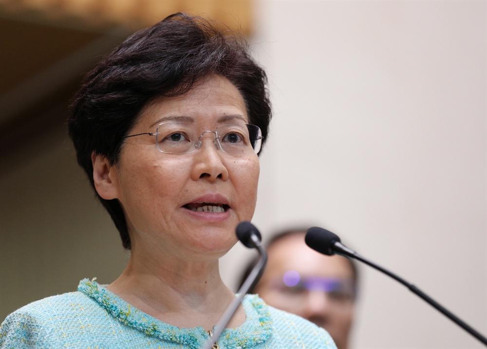캐리 람 홍콩 행정장관이 지난 2일 새벽 4시(현지시간) 경찰청 청사에서 긴급 기자회견을 열고 일부 시위대의 폭력 행위를 강하게 비판하면서 입법회 점거 시위대를 끝까지 추적해 처벌하겠다는 강경 대응 방침을 밝혔다.