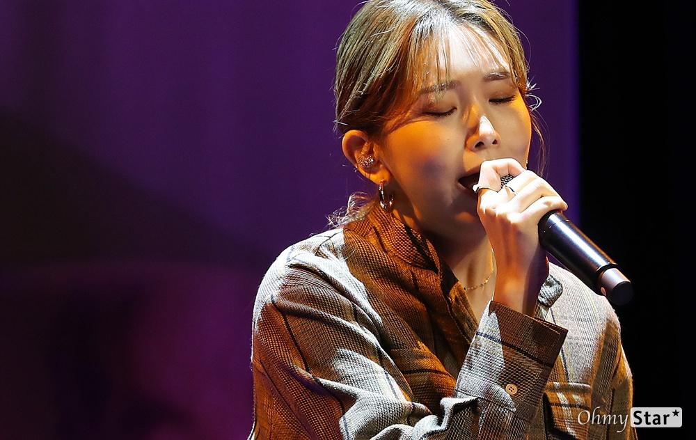 케이시, 조영수 작곡가와 함께 가수 케이시(Kassy)가 5일 오후 서울 청담동의 한 공연장에서 열린 두 번째 미니앨범 < 리와인드(Rewind) > 발매 쇼케이스에서 '그때가 좋았어'를 선보이고 있다.  < 리와인드(Rewind) >는 '사랑'이라는 주제 아래 타이틀곡 '가을밤 떠난 너', '우리 사랑이 저무는 이 밤(feat.제이문)', '지친 하루 끝에 너와 나', '꿈만 같은 일이야' 등 4곡의 수록곡이 유기적으로 연결되어 있는 앨범이다.