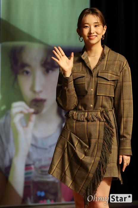 케이시, 음색퀸의 사랑 가수 케이시(Kassy)가 5일 오후 서울 청담동의 한 공연장에서 열린 두 번째 미니앨범 < 리와인드(Rewind) > 발매 쇼케이스에서 포토타임을 갖고 있다. < 리와인드(Rewind) >는 '사랑'이라는 주제 아래 타이틀곡 '가을밤 떠난 너', '우리 사랑이 저무는 이 밤(feat.제이문)', '지친 하루 끝에 너와 나', '꿈만 같은 일이야' 등 4곡의 수록곡이 유기적으로 연결되어 있는 앨범이다.