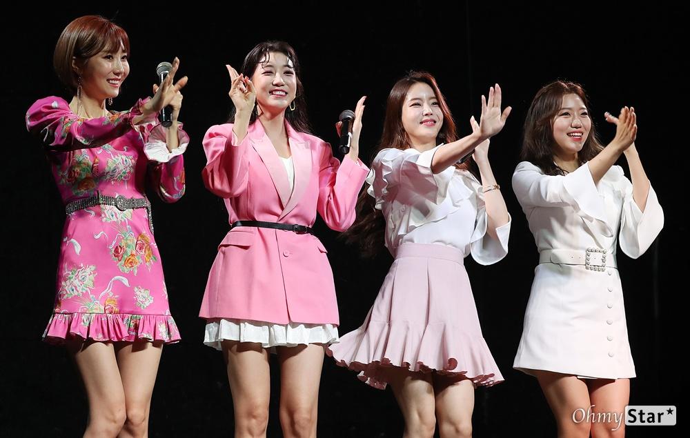하유비, 동생들과 니편내편 댄스 트롯가수 하유비가 9일 오전 서울 서교동의 한 공연장에서 열린 데뷔 기념 쇼케이스에서 응원차 방문한 가수  두리, 박성연, 김희진과 함께 데뷔곡 '평생 내 편'의 대표안무를 선보이고 있다. 하유비는 TV CHOSUN 오디션 프로그램 '내일은-미스트롯' TOP 12에 오른 바 있는 트롯가수이다.
