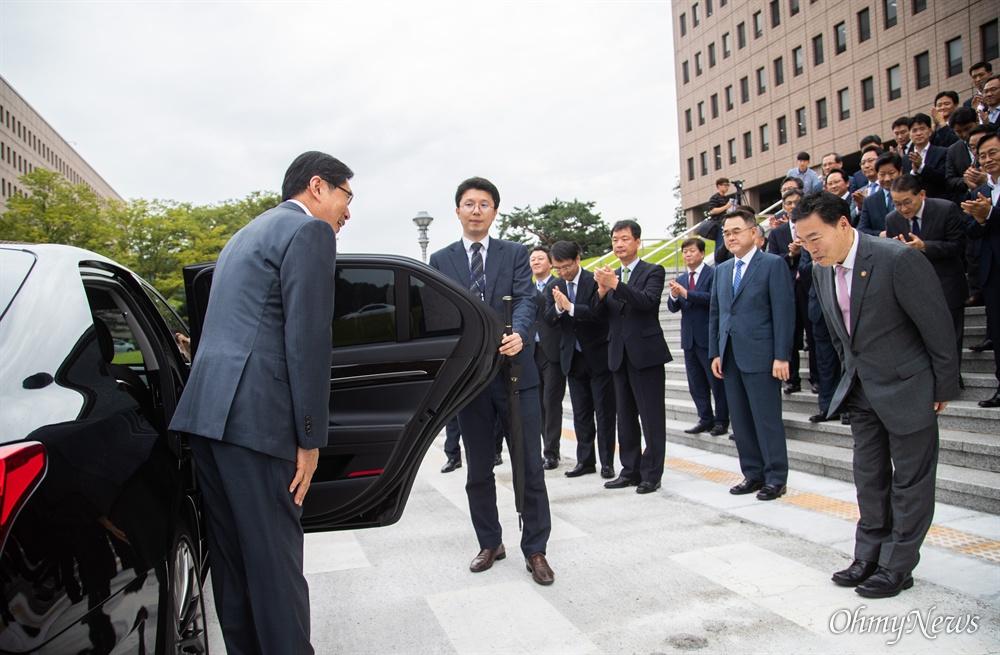 박상기 법무부 장관이 9일 오후 경기도 정부과천청사 법무부에서 이임식을 마치고 김오수 차관의 배웅을 받고 있다.