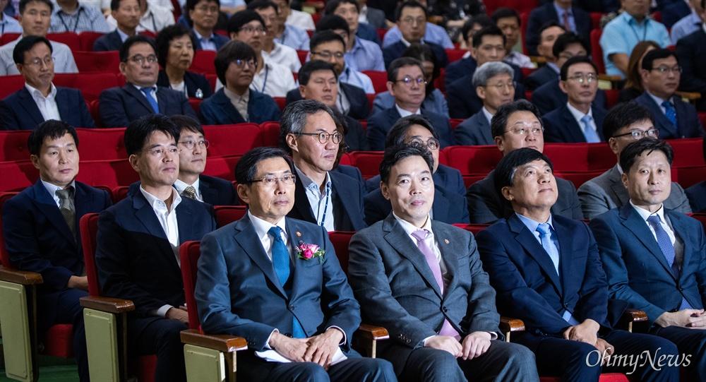 신임 법무부 장관이 임명을 받은 직후 인 9일 오후 경기도 정부과천청사 법무부 대강당에서 박상기 법무부 장관 이임식이 열리고 있다.