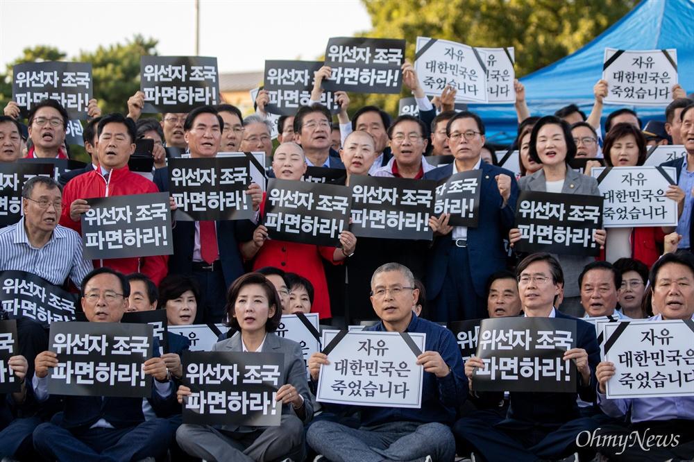 황교안 자유한국당 대표가 16일 오후 서울 청와대 분수대 앞에서 조국 법무부 장관 사퇴를 촉구하며 삭발을 하고 있다.