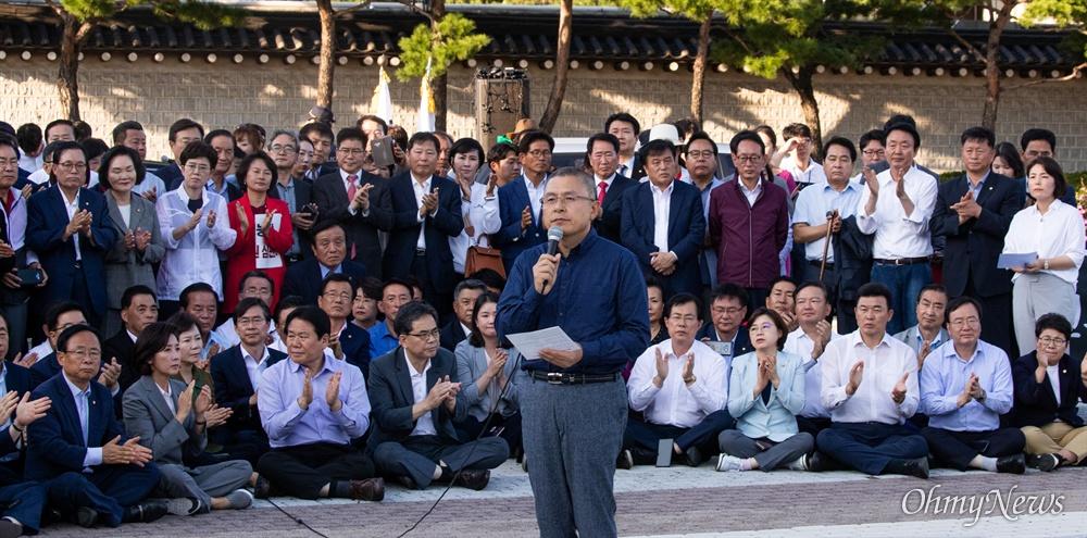 황교안 자유한국당 대표가 16일 오후 서울 청와대 분수대 앞에서 조국 법무부 장관 사퇴 촉구 삭발식을 마치고 발언을 하고 있다.
