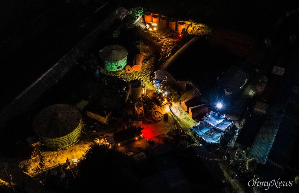 17일 오후 파주시 한 돼지농장에서 아프리카돼지열병(ASF)이 발생해 농장에 사육중이던 돼지를 이산화탄소를 주입해 도살하고 있다.