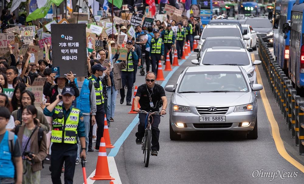 국제 기후 주간을 맞은 21일 오후 서울 종로구 혜화역 앞에서 기후위기 비상행동 집회를 마치고 행진을 하고 있다.