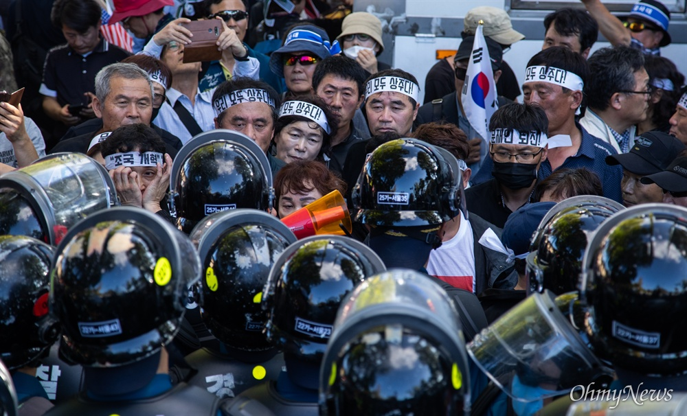 3일 오후 서울 청와대 분수대 앞에서 탈북단체회원이 경찰과 대치하고 있다.
