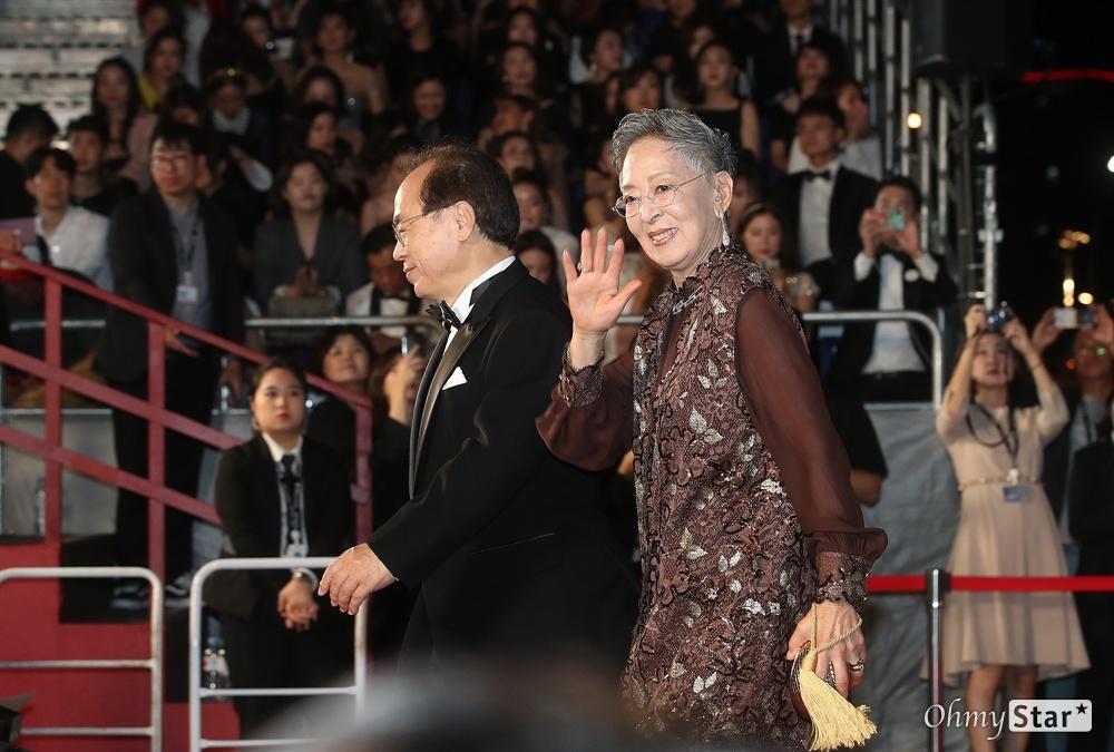 배우 김지미가 3일 오후 부산 해운대구 영화의전당에서 열린 제24회 부산국제영화제(BIFF) 개막식에 참석해 레드카펫을 걸으며 입장하고 있다.
