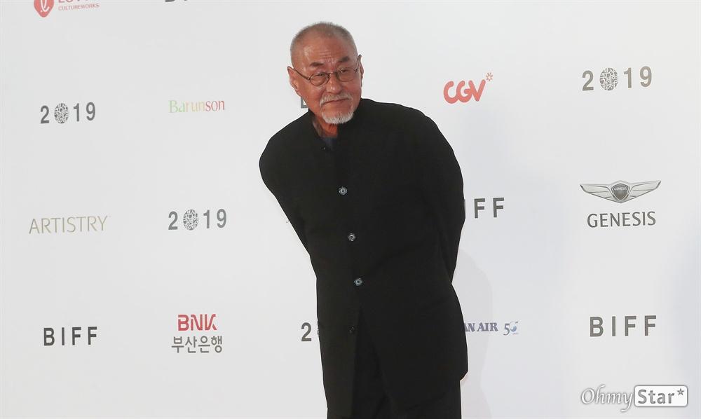 정일성 촬영감독이 3일 오후 부산 해운대구 영화의전당에서 열린 제24회 부산국제영화제(BIFF) 개막식에 참석해 레드카펫을 걸으며 입장하고 있다.