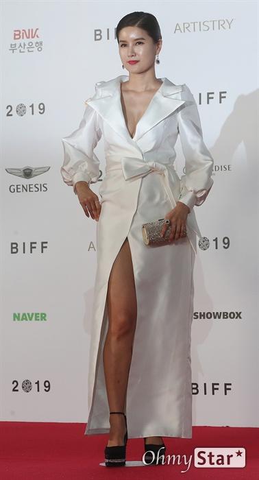 배우 지성원이 3일 오후 부산 해운대구 영화의전당에서 열린 제24회 부산국제영화제(BIFF) 개막식에 참석해 레드카펫을 걸으며 입장하고 있다.