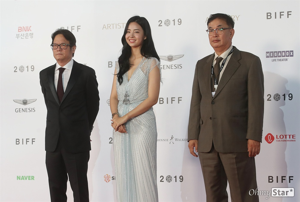 미스코리아 김세연과 아시아필름마켓 차승재, 오동진 공동위원장이 3일 오후 부산 해운대구 영화의전당에서 열린 제24회 부산국제영화제(BIFF) 개막식에 참석해 레드카펫을 걸으며 입장하고 있다.