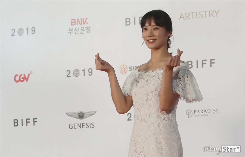 영화<경미의 세계> 배우 김미수가 3일 오후 부산 해운대구 영화의전당에서 열린 제24회 부산국제영화제(BIFF) 개막식에 참석해 레드카펫을 걸으며 입장하고 있다.