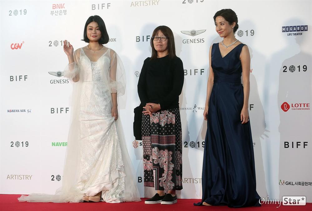 영화<젊은이의 양지> 감독 신수원과 배우 김호정, 정하담이 3일 오후 부산 해운대구 영화의전당에서 열린 제24회 부산국제영화제(BIFF) 개막식에 참석해 레드카펫을 걸으며 입장하고 있다.