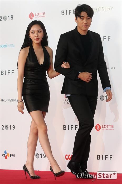 배우 서지석, 이열음이 3일 오후 부산 해운대구 영화의전당에서 열린 제24회 부산국제영화제(BIFF) 개막식에 참석해 레드카펫을 걸으며 입장하고 있다.