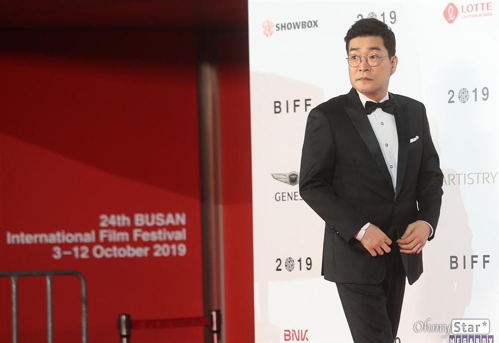 배우 손현주가 3일 오후 부산 해운대구 영화의전당에서 열린 제24회 부산국제영화제(BIFF) 개막식에 참석해 레드카펫을 걸으며 관객들에게 인사하고 있다.
