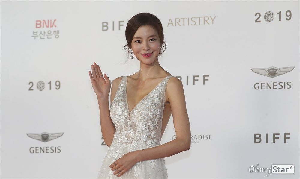 배우 김규리가 3일 오후 부산 해운대구 영화의전당에서 열린 제24회 부산국제영화제(BIFF) 개막식에 참석해 레드카펫을 걸으며 입장하고 있다.