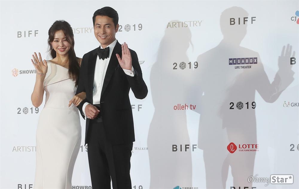 3일 오후 부산 해운대구 영화의전당에서 열린 제24회 부산국제영화제(BIFF) 개막식에서 사회를 맡은 배우 정우성과 이하늬가 레드카펫을 걸으며 입장하고 있다.