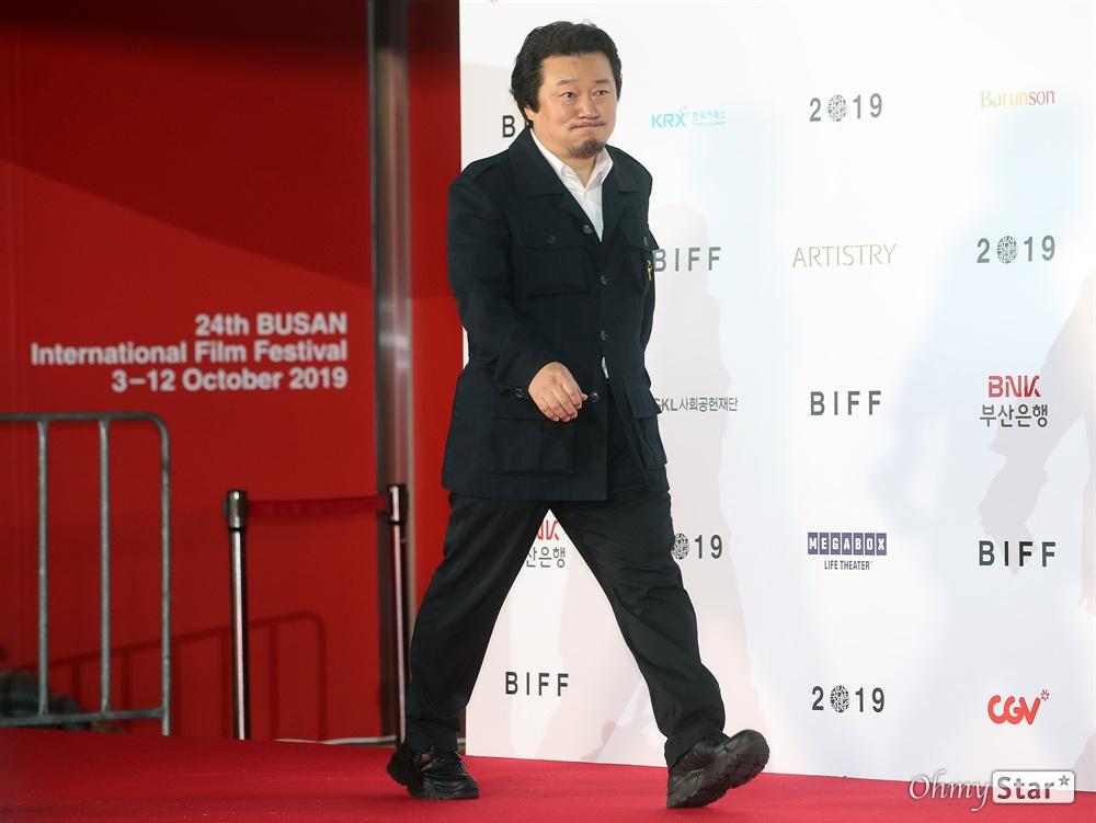 영화<대통령의 7시간> 감독 이상호가 3일 오후 부산 해운대구 영화의전당에서 열린 제24회 부산국제영화제(BIFF) 개막식에 참석해 레드카펫을 걸으며 입장하고 있다.