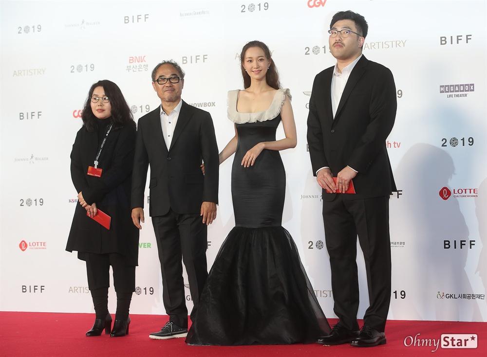 영화<집 이야기> 감독 박제범, 배우 이유영, 강신일이 3일 오후 부산 해운대구 영화의전당에서 열린 제24회 부산국제영화제(BIFF) 개막식에 참석해 레드카펫을 걸으며 입장하고 있다.