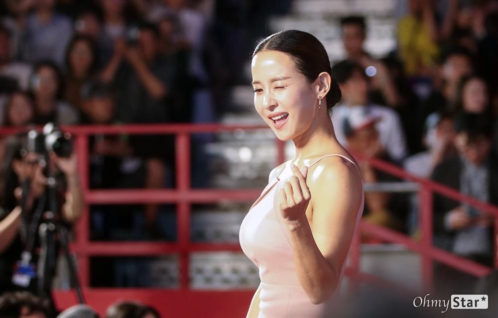 영화 <기생충> 배우 조여정이 3일 오후 부산 해운대구 영화의전당에서 열린 제24회 부산국제영화제(BIFF) 개막식에 참석해 레드카펫을 걸으며 입장하고 있다.