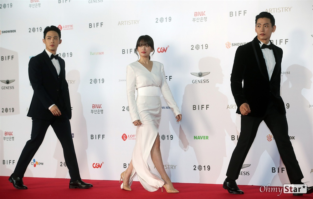 영화 <버티고> 배우 천우희, 유태오, 정재광이 3일 오후 부산 해운대구 영화의전당에서 열린 제24회 부산국제영화제(BIFF) 개막식에 참석해 레드카펫을 걸으며 입장하고 있다.