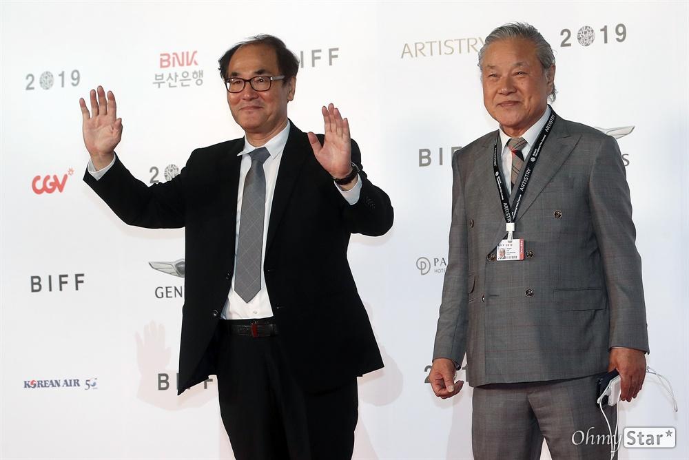 감독 이장호와 배창호가 3일 오후 부산 해운대구 영화의전당에서 열린 제24회 부산국제영화제(BIFF) 개막식에 참석해 레드카펫을 걸으며 입장하고 있다.