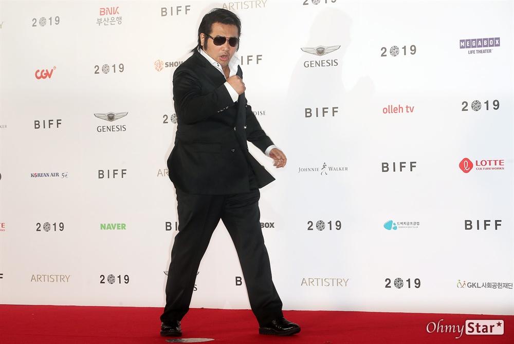 배우 김보성이 3일 오후 부산 해운대구 영화의전당에서 열린 제24회 부산국제영화제(BIFF) 개막식에 참석해 레드카펫을 걸으며 입장하고 있다.