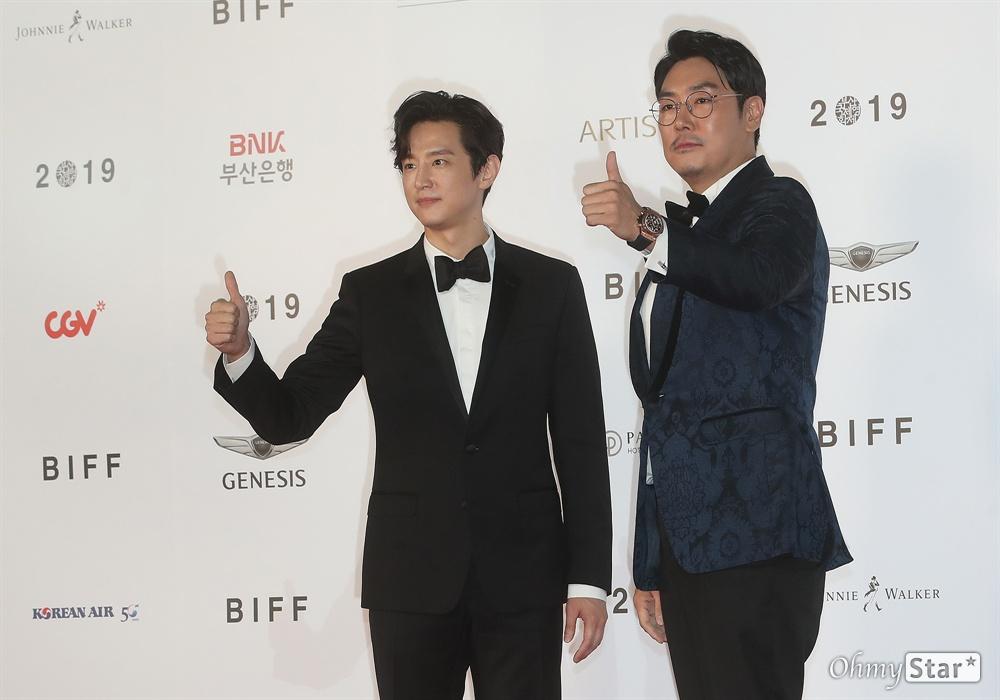 배우 조진웅과 권율이 3일 오후 부산 해운대구 영화의전당에서 열린 제24회 부산국제영화제(BIFF) 개막식에 참석해 레드카펫을 걸으며 입장하고 있다.