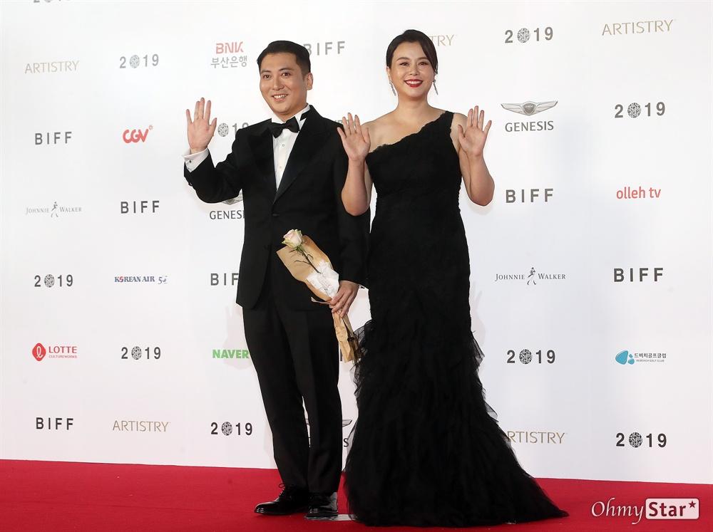 영화 <기생충> 배우 박명훈과 장혜진이 3일 오후 부산 해운대구 영화의전당에서 열린 제24회 부산국제영화제(BIFF) 개막식에서 사회를 맡은 배우 정우성과 이하늬가 레드카펫을 걸으며 입장하고 있다.