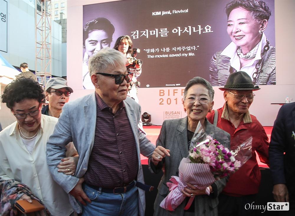 배우 김지미가 4일 오후 부산 서구 부산 BIFF광장에서 열린 제24회 부산국제영화제 오픈토크에서 참석해 동료 영화인으로부터 꽃다발을 선물 받고 있다.