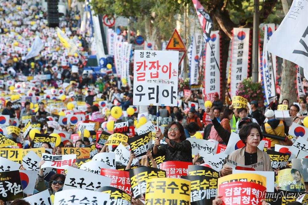 """""""검찰아 칼잡이는 우리야""""  12일 서울 서초역 부근에서 검찰개혁사법개혁적폐청산 범국민연대 주최로 '제9차 사법적폐청산을 위한 검찰개혁 촛불문화제'가 열렸다.  사전집회에 참가한 한 시민이 """"검찰아 칼잡이는 검찰 썩은 환부 도려내는 우리야""""라는 피켓을 들고 있다"""