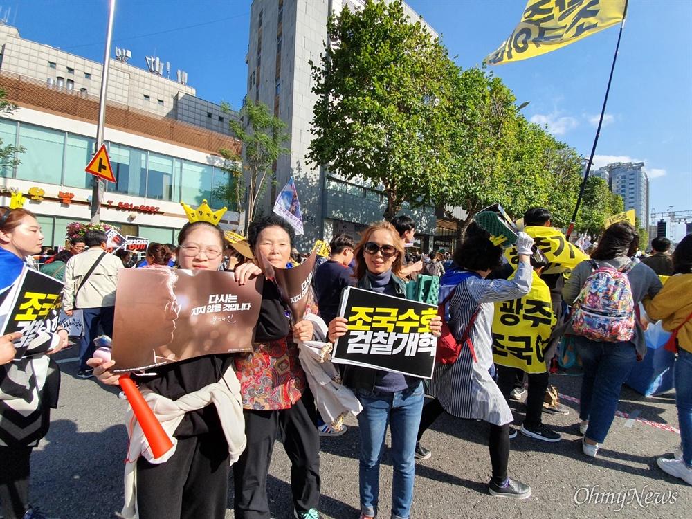 12일 서초동에서 열린 검찰개혁 촛불집회에 참석한 참가자 김애영씨.