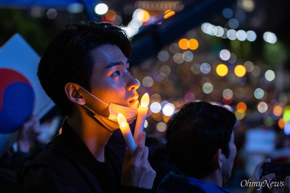 12일 서울 서초역 부근에서 검찰개혁사법개혁적폐청산 범국민연대 주최로 '제9차 사법적폐청산을 위한 검찰개혁 촛불문화제'가 열리고 있다.