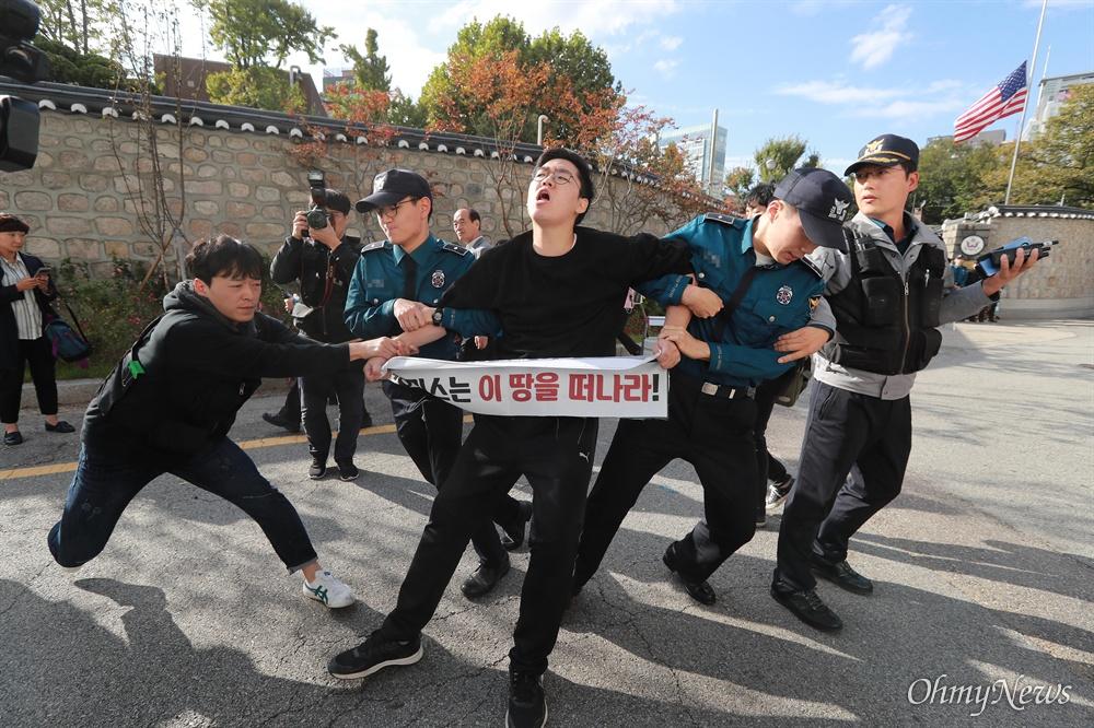 방위비 분담금 항의, 미대사관저 '월담' 기습시위 한국대학생진보연합 소속 대학생들이 과도한 주한미군 방위금 분담금(6조) 요구에 항의하며 18일 오후 서울 중구 덕수궁 뒤편 미대사관저 담장에 사다리를 놓고 넘어들어가는 기습 시위를 벌였다. 미대사관저 앞에서 구호를 외치던 대학생을 경찰이 강제연행하고 있다.