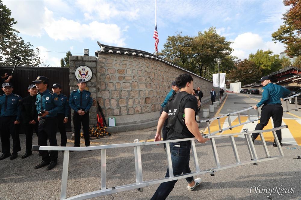 '월담' 시위에 사용된 사다리 들고 가는 경찰들 한국대학생진보연합 소속 대학생들이 과도한 주한미군 방위금 분담금(6조) 요구에 항의하며 18일 오후 서울 중구 덕수궁 뒤편 미대사관저 담장에 사다리를 놓고 넘어들어가는 기습 시위를 벌였다. 뒤늦게 도착한 경찰들이 대학생들이 월담에 이용한 사다리를 옮기고 있다.