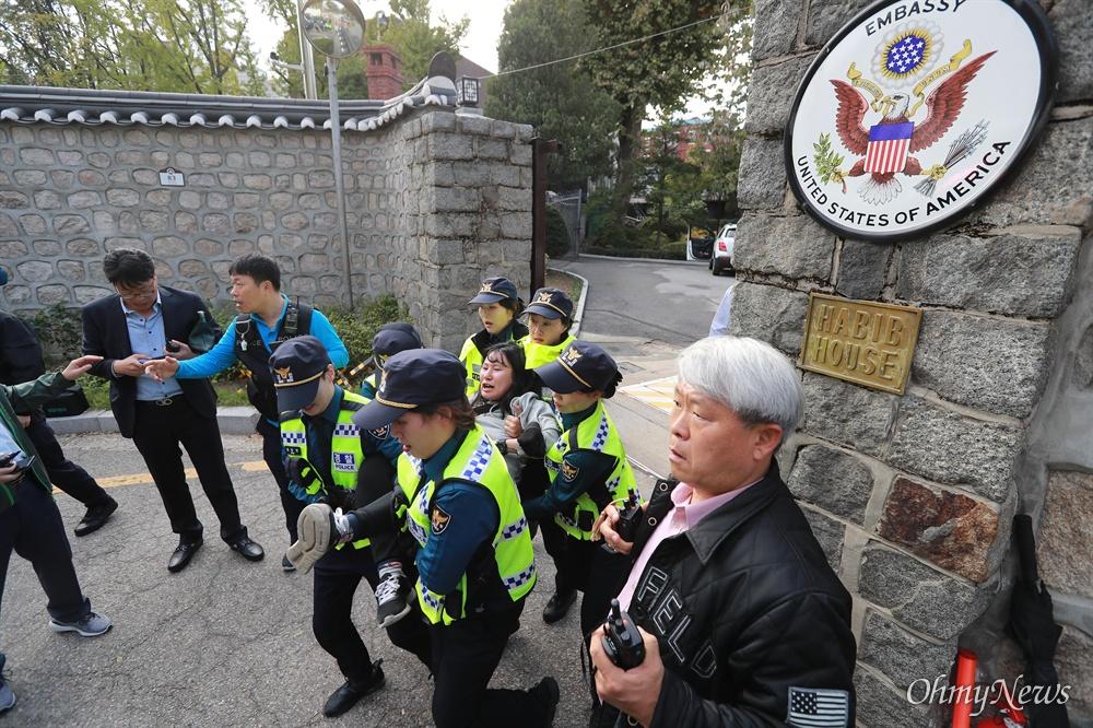 방위비 분담금 항의, 미대사관저 '월담' 기습시위 한국대학생진보연합 소속 대학생들이 과도한 주한미군 방위금 분담금(6조) 요구에 항의하며 18일 오후 서울 중구 덕수궁 뒤편 미대사관저 담장에 사다리를 놓고 넘어들어가는 기습 시위를 벌였다. 사다리를 이용해 미대사관저에 들어갔던 대학생들이 경찰에 의해 끌려나오고 있다.