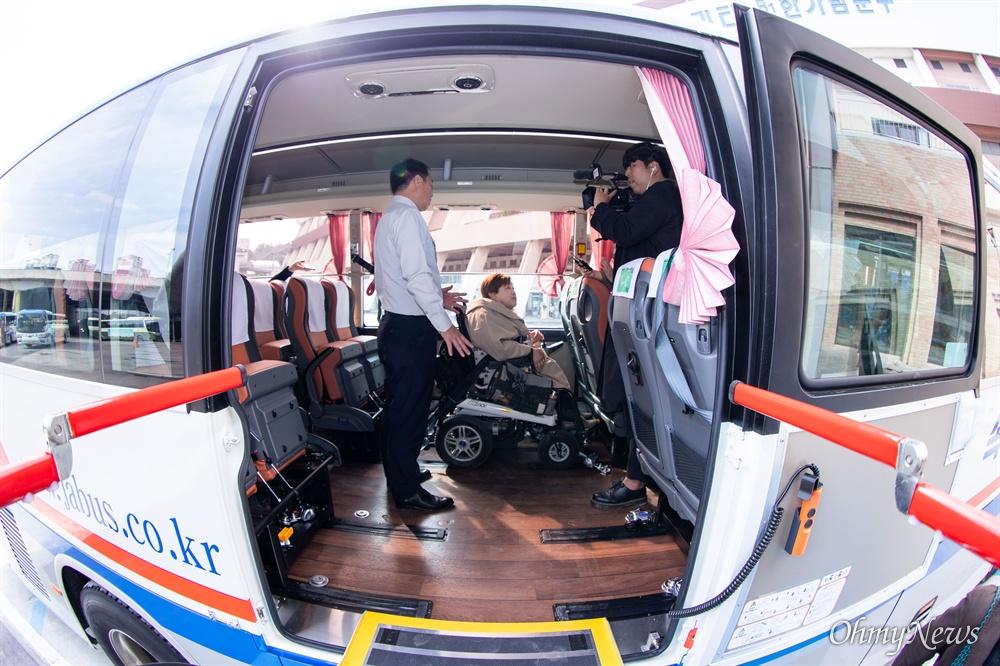 박김영희 장애인차별금지주친연대 공동대표가 28일 오전 서울 서초구 고속버스터미널 경부선 휠체어승강장에서 새롭게 설치되 시험운행을 시작한 고속버스 휠체어 탑승석을 체험해보고 있다.