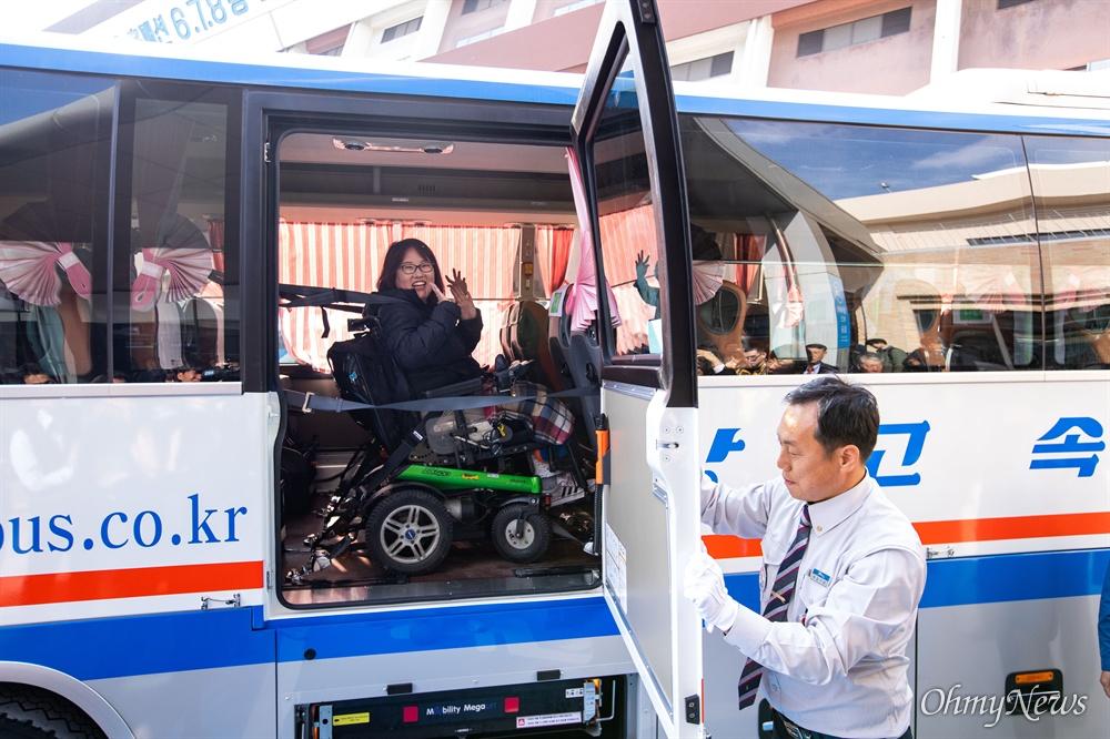 휠체어탑승가능 고속버스가 운행을 시작하는 28일 오전 서울 서초구 고속버스터미널 경부선 휠체어 승강장에서 첫 승객이 강릉행 버스에 탑승하고 있다.