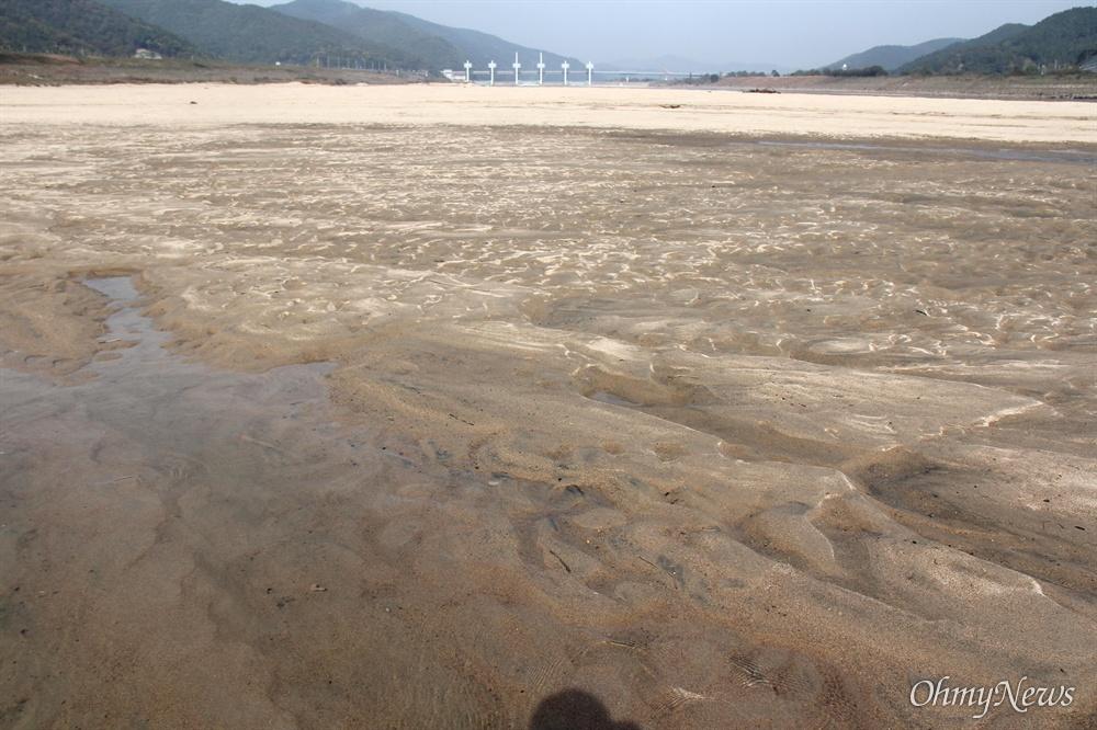낙동강 합천창녕보 하류의 황강 합류지역 부근에 모래톱이 만들어져 있다.