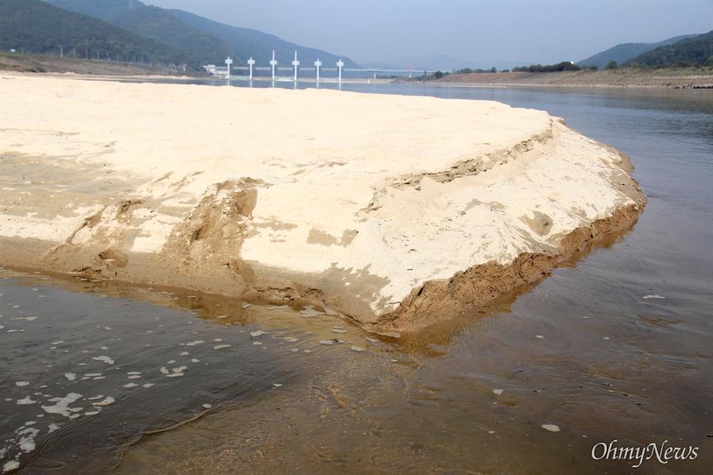 낙동강 합천창녕보 하류에 생겨난 모래톱.